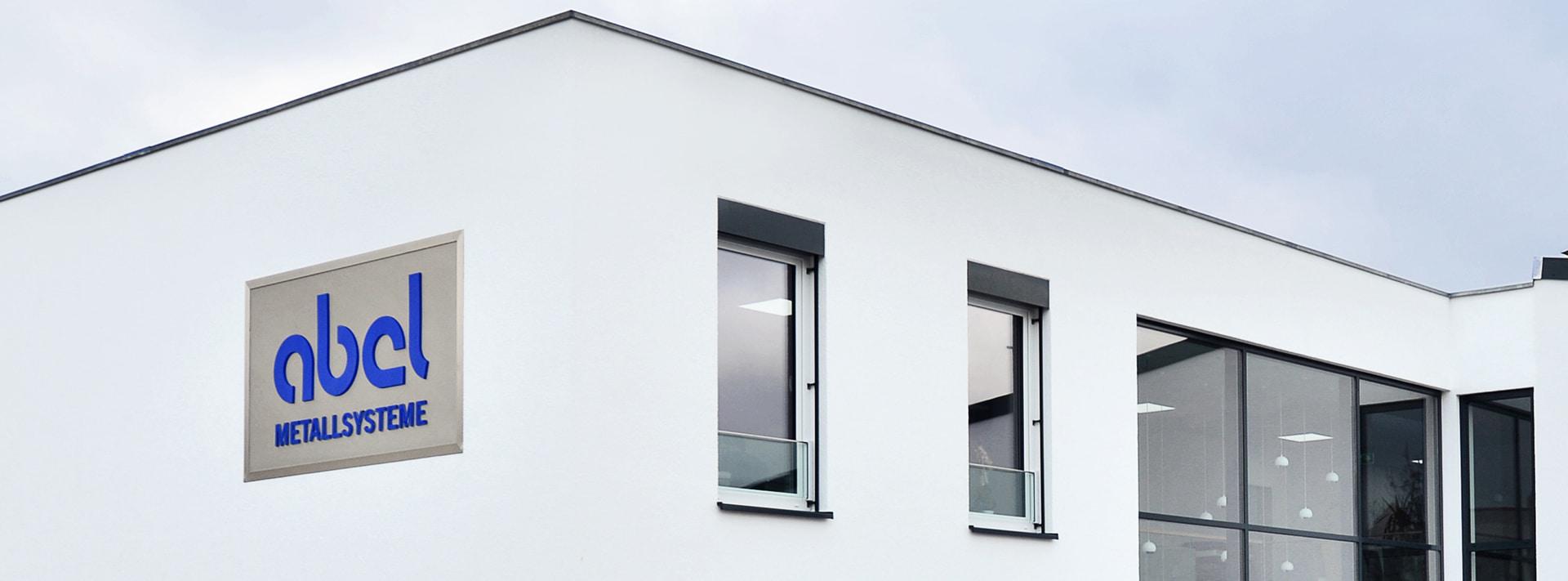 Französischer Balkon aus Glas mit Raffstore vor de Fenster